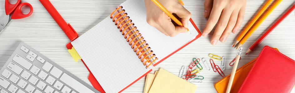 Junge Frau schreibt in Ihr Notizbuch