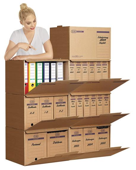 Frau präsentiert Archivierungssystem