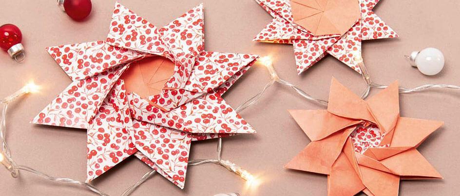 Mit Motivpapier gebastelte Sterne mit Lichterkette