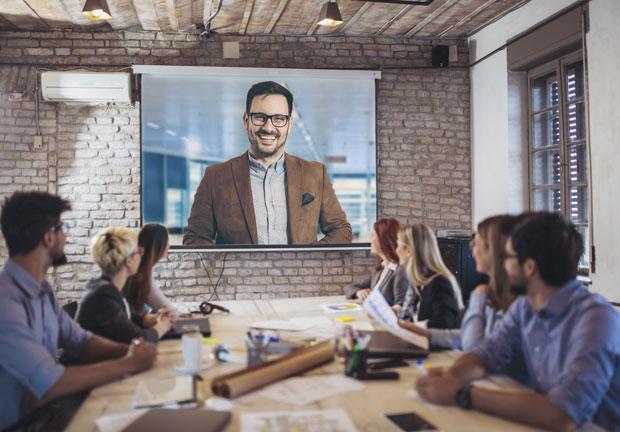 Beamer-Leinwand als Projektionsfläche bei einem Videokonferenz-Meeting