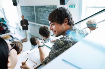 Student nutzt ein digitales Diktiergerät während einer Vorlesung