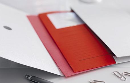 Dokumenbtentasche mit einem roten Ordner aus Pappe