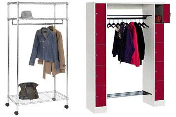 Drei verschiedenfarbige Garderoben aus Holz