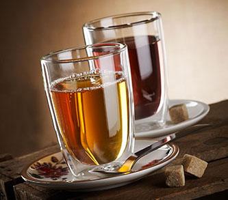 Zwei Hübsche Teegläser mit Rohzucker angerichtet