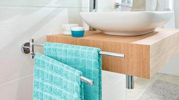 Gestapelte Handtücher in verschiedenen Farben