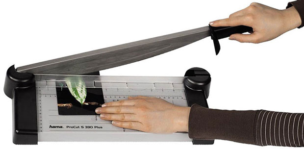 Mit einer Hebelschneidemaschine ein Foto schneiden