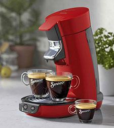 Padkaffeemaschine in Anwendung mit zwei Tassen