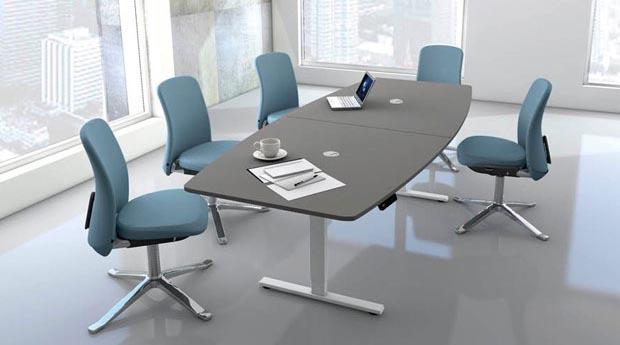 Moderner elektrisch höhenverstellbarer Konferenztisch mit grafitfarbener Tischplatte und weißem T-Fuß-Gestell