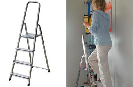 Abbildung einer Stehleiter auf der linken Seite und auf der rechten Seite in Anwendung: Junge Frau verräumt Ordner in einen Stahlschrank