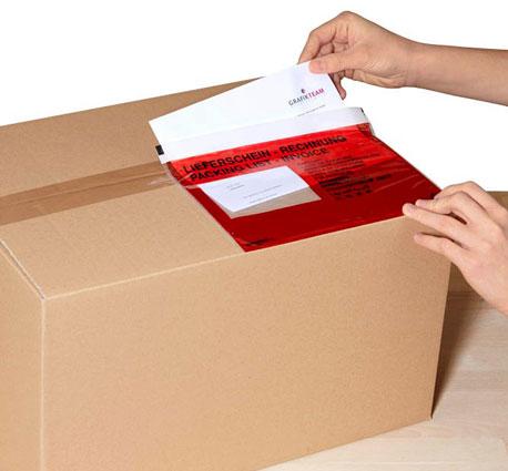 Lieferschintaschen in rot auf Paket geklebt