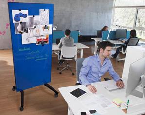 Blaue Magnettafel auf Rollen in einem Büro