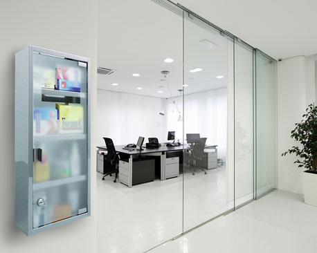 Medizinschrank mit Glastüre in einem Büro