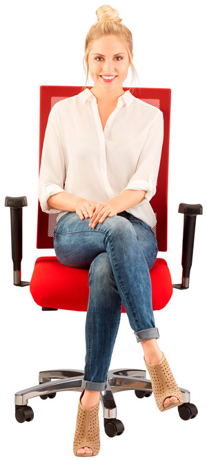 Frau sitzt auf rotem Bürostuhl und lächelt