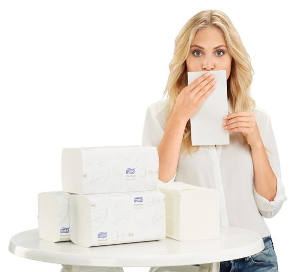 Model hält ein Papierhantuch vor ihren Mund