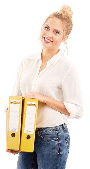 Model mit zwei Ordnern von Office Discount in der Hand