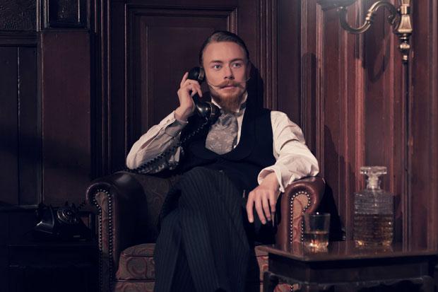Mann telefoniert Mitte des 19. Jahrhunderts