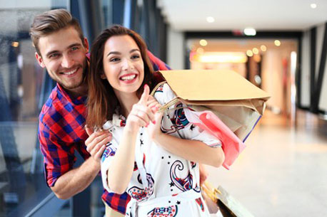 Pärchen mit Tragetaschen in einem Einkaufszentrum