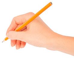 Eine Hand, die einen Bleistift hält