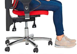 Ein Bürostuhl auf dem jemand in optimaler Sitzhöhe sitzt